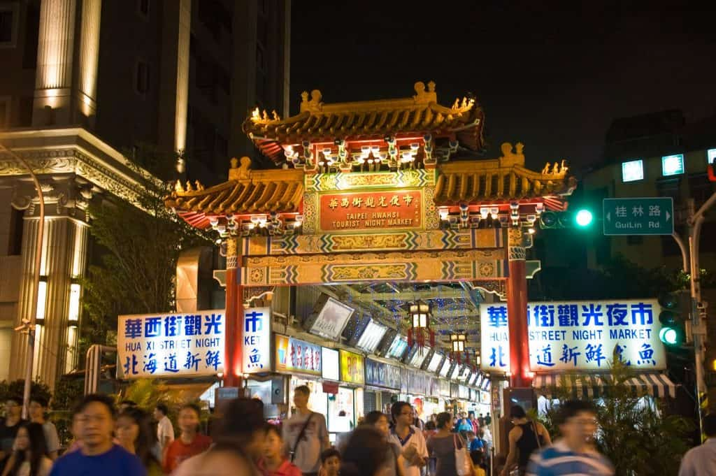 Best Taipei Night Markets- Taste Taipei's best local food at Michelin-recommended food stalls and buy local crafts, souvenirs and fashion at cheap prices at the best night markets in Taipei. Taipei Night Markets| Night Markets in Taipei| Street food at Taipei Night Markets #Taipei #timeforTaiwan #Taipeitravel #nightmarkets #markets #streetfood